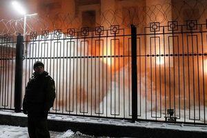 Vì sao những kẻ cực đoan đốt lốp gần lãnh sự quán Nga ở Lvov?