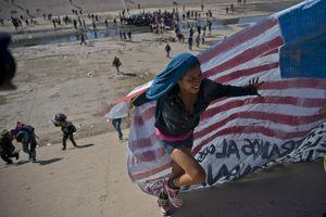 Người di cư tìm cách phá hàng rào, an ninh Mỹ dùng hơi cay trấn áp