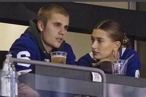 Justin Bieber hôn vợ đắm đuối trên sân bóng