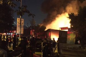 Xưởng bảo dưỡng ôtô cháy ngùn ngụt trong đêm