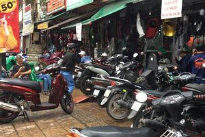 Các tiệm sửa xe ở Sài Gòn quá tải, chật kín khách sau trận ngập lịch sử do bão số 9