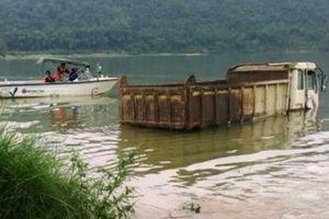 Thủy điện tích nước, ô tô, máy xúc... chìm dưới lòng hồ