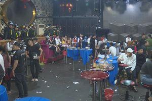 Hàng trăm nam, nữ nhảy múa điên loạn trong quán bar