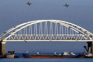 Su-25 của Nga xuất hiện trên cầu Crimea sau vụ việc tại eo biển Kerch