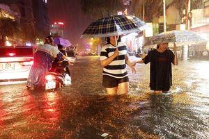 TP.HCM: Người dân bì bõm, lội nước trên những tuyến phố chưa từng 'lụt' trong lịch sử