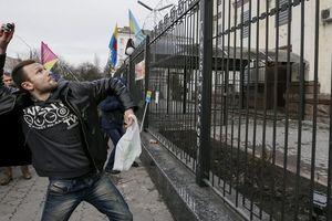 Đại sứ quán Nga ở Ukraine bị ném bom khói, pháo sáng sau vụ bắt tàu chiến