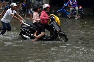 Người Sài Gòn vất vả lội nước đi làm đầu tuần vì đường ngập sau bão số 9