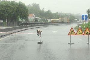 Phú Yên: Mưa lũ gây ngập lụt khắp nơi, nhiều huyện bị chia cắt