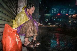 Người vô gia cư sống sao trong những ngày mưa bão?