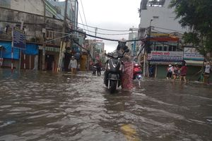 Thợ sửa xe máy Sài Gòn kiếm tiền triệu nhờ... đường ngập sau bão số 9