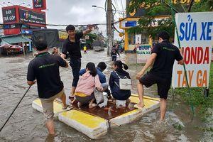 Người Sài Gòn kết bè bơi qua vùng ngập nước