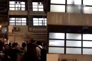 Hàng chục người đứng xem cặp đôi 'mây mưa' trong nhà nghỉ