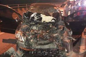 Vừa lái ô tô vừa livestream trên facebook, tài xế lao vào đuôi xe tải chấn thương nặng