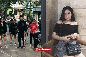 Hé lộ nhan sắc cô gái Hà Đức Chinh nắm tay, mặc áo đôi tình tứ trên phố
