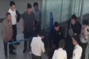 Thái độ hung hăn của 3 thanh niên đánh nữ nhân viên viên Vietjet ở sân bay càng rõ hơn ở một góc camera khác