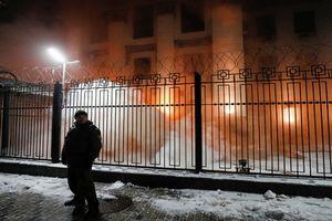Đại sứ quán tại Ukraine bị tấn công, Nga cảnh báo đanh thép