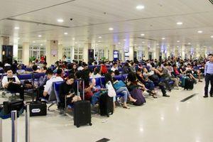 Bão số 9 Usagi: Hàng nghìn người 'vật vờ' ở sân bay Tân Sơn Nhất vì hoãn chuyến bay