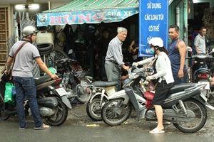 Tiệm sửa xe ở TPHCM đông kín người sau đêm mênh mông nước