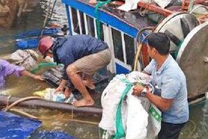 Mưa gió, sóng lớn đánh chìm 2 tàu cá ở Quảng Nam
