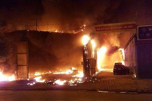 Hà Nội: Xưởng nội thất ô tô chìm trong biển lửa giữa đêm