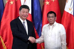 Philippines: 'Đi trên dây' để cân bằng