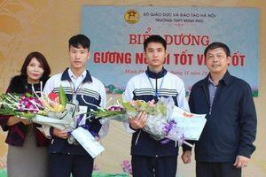 Không tham tiền người khác đánh rơi, hai học sinh ở Sóc Sơn đã giao nộp 20 triệu