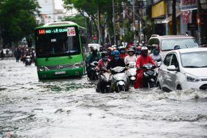 TP Hồ Chí Minh: Cuộc sống người dân đảo lộn vì mưa ngập
