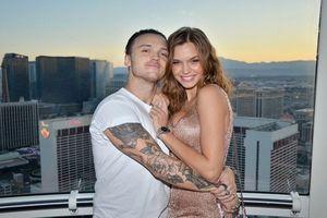 Thiên thần Victoria's Secret đính hôn với bạn trai ca sĩ