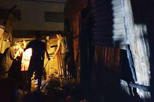 Cứu bé trai ngủ say trong căn nhà bị cháy lan ở Sài Gòn