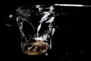 Bitcoin mất hơn 80% giá trị trong gần một năm qua