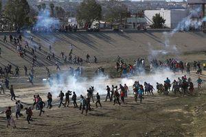 Mexico kêu gọi Mỹ điều tra việc sử dụng đạn hơi cay trấn áp người nhập cư tại biên giới