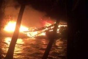 Tàu cá của ngư dân Quảng Nam đang neo đậu bốc cháy trong đêm