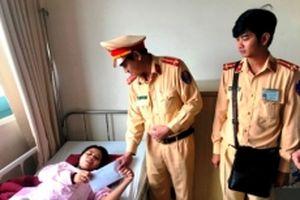 Thăm hỏi, tặng quà động viên các nạn nhân bị tai nạn thương tâm