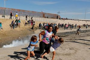 Tổng thống Trump phủ nhận đặc vụ biên giới dùng hơi cay với trẻ em di cư