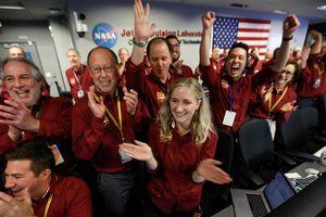 Tàu thám hiểm NASA đáp xuống sao Hỏa, gửi bức ảnh đầu tiên về Trái đất