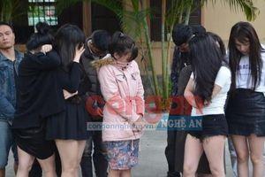 Nhóm cô gái trẻ say sưa ma túy với 10 người đàn ông trong khách sạn