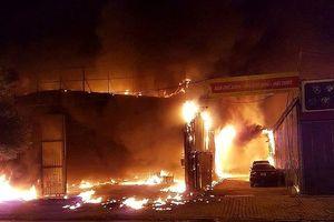 Xưởng nội thất ô tô ở Hà Nội cháy dữ dội trong đêm
