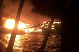 Tàu gần 10 tỷ của ngư dân Quảng Nam cháy ngùn ngụt trong đêm