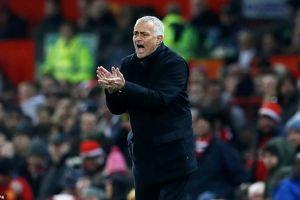 Bế tắc trước Crystal Palace, Jose Mourinho đang đi theo vết xe đổ của Louis van Gaal