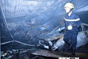 Hình ảnh hiện trường vụ cháy lớn thiêu rụi gara ôtô ở Nam Trung Yên