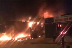 Clip: Cháy gara ôtô ở Hà Nội, nhiều người bất chấp nguy hiểm lao vào cứu xe