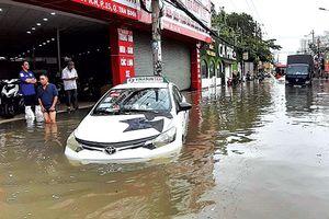 Người dân TP.HCM khốn khổ vì mưa ngập