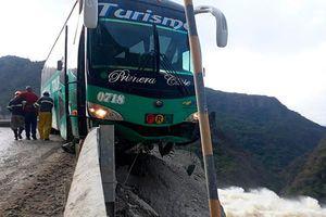 Thót tim khoảnh khắc xe buýt mắc kẹt trên vách đá