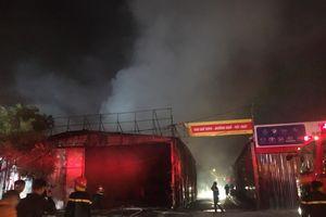 Hà Nội: Gara ô tô bùng cháy dữ dội trong đêm