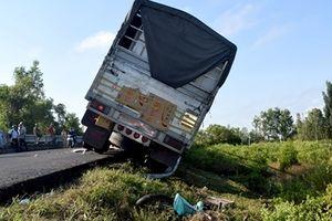 Xe tải tông xe máy, 2 người nguy kịch