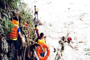 Một thợ xây nhà bị lũ cuốn mất tích khi vượt qua sông Than