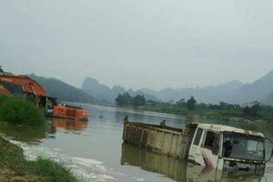 Nhà máy thủy điện tích nước, ô tô, máy xúc chìm dưới lòng hồ