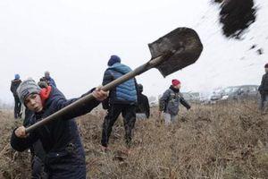 Người Ukraine đào hào, chuẩn bị kịch bản nếu có chiến tranh
