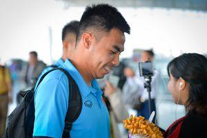 Văn Toàn không đi Philippines, Đức Huy được fan tặng bánh gấu