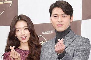 Hyun Bin khoác tay Park Shin Hye, sánh bước ở sự kiện